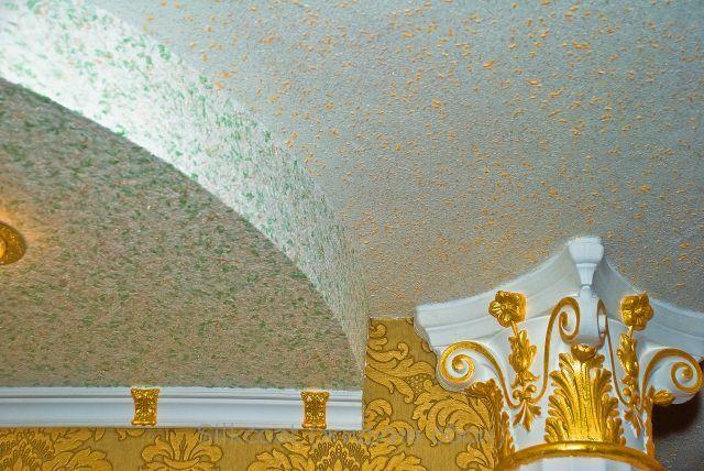 Жидкие обои на потолке скомбинированы с шелкографией на стене