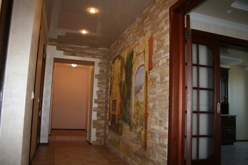 Жидкие обои в коридоре, обои под камень, добавление фото фрагментов – такое смешение видов материала вполне в коридоре «работает»